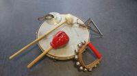 unterschiedliche Musikinstrumente liegen nebeneinander